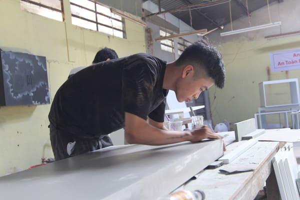xuong-gia-cong-ban-ghe-giuong-tu-tai-tphcm-18