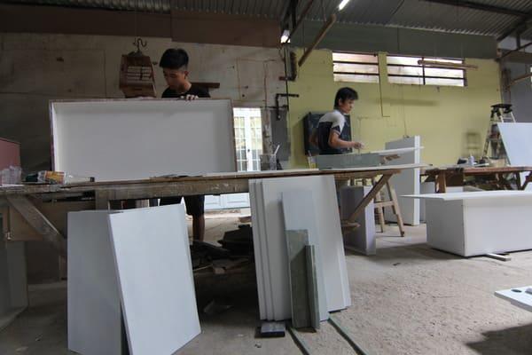 xuong-gia-cong-ban-ghe-giuong-tu-tai-tphcm-4